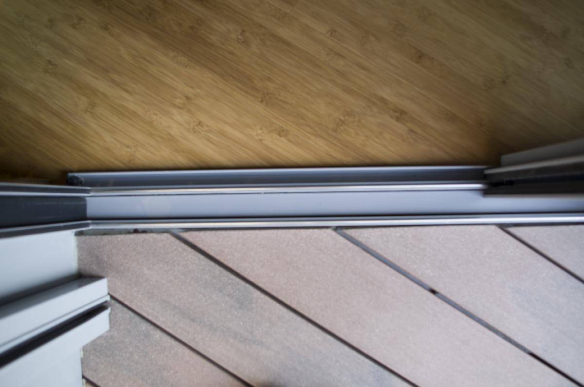 Liaison invisible entre intérieur (sol bois bambou) et extérieur (lames bois Silvadec sur plots)