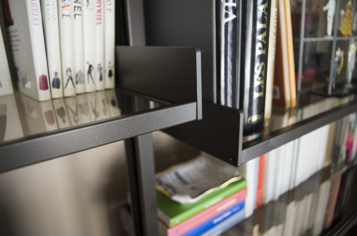 Bibliothèque Rimmadesio sur mesure, finitions : alu laqué brown, verre bronze avec blocs tiroirs laqués