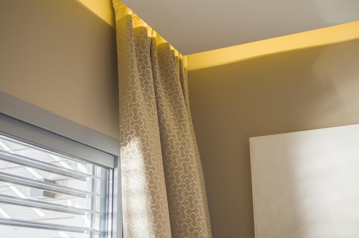 Détail du faux plafond, éclairage zénital et fixation des rideaux invisible